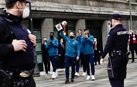 El Athletic lleva la Supercopa al Ayuntamiento de Bilbo y a la Diputación de Bizkaia