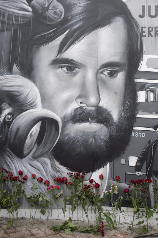 Mikel Zabalza, en el mural colocado este 35 aniversario en Altza. (Juan Carlos RUIZ | FOKU)