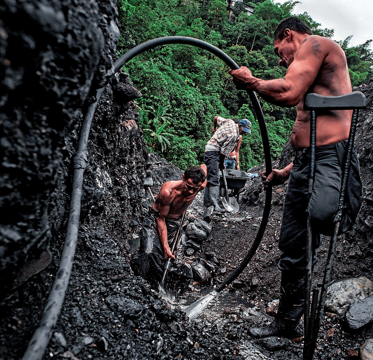 Colombia. «Guaqueros», mineros de piedras preciosas: esmeraldas ... Esameraldas_lanean