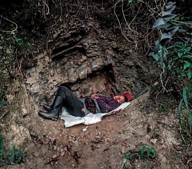 Colombia. «Guaqueros», mineros de piedras preciosas: esmeraldas ... Esameraldas_durmiendo