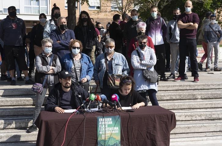 Familiares y amigos de los diez jóvenes detenidos la semana pasada en Iruñerria han denunciado la «persecución sin pudor» de la actividad política. (Jagoba MANTEROLA/FOKU)
