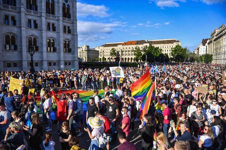 Manifestación por la igualdad de derechos frente al Parlamento húngaro, en Budapest. (Gergely BESENYEI/AFP)