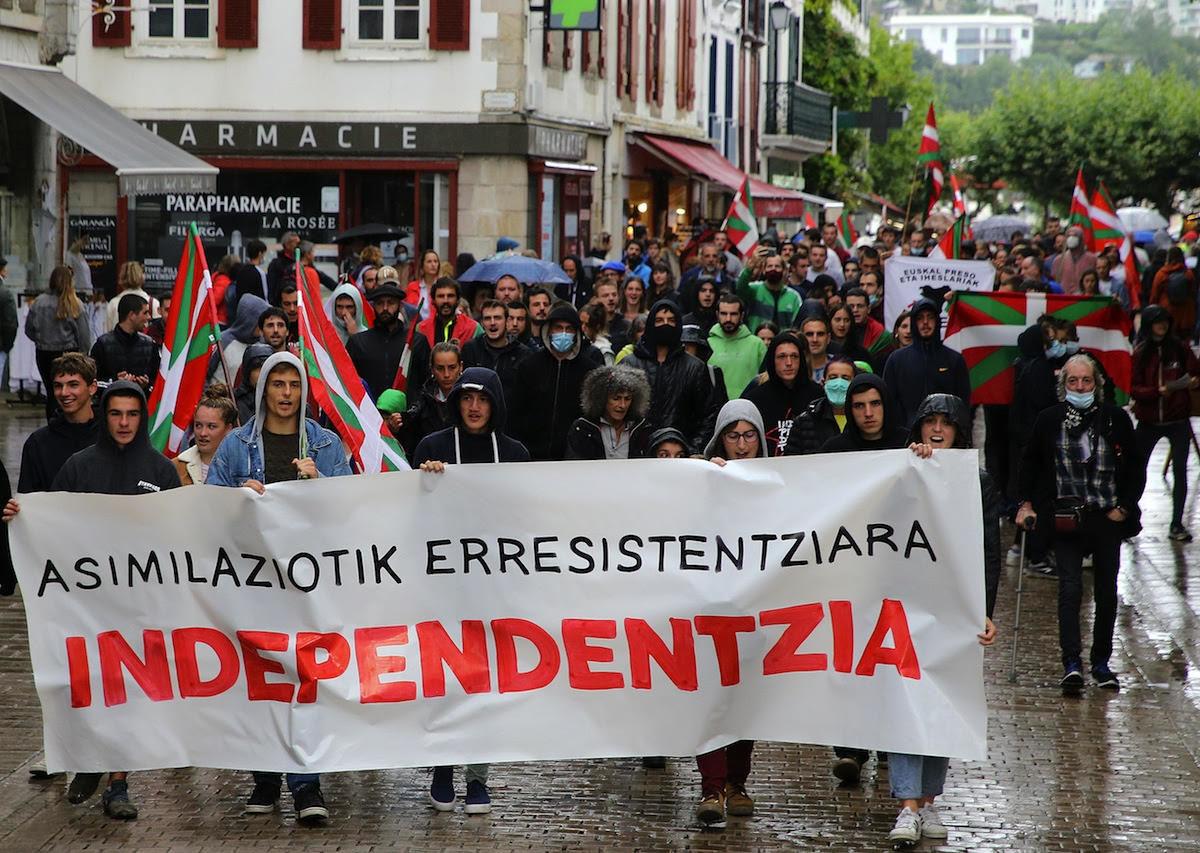 Independentziaren aldeko pankarta ezartzea eragotzi nahi izan du Donibane Lohizuneko auzapezak | Euskal Herria | Naiz