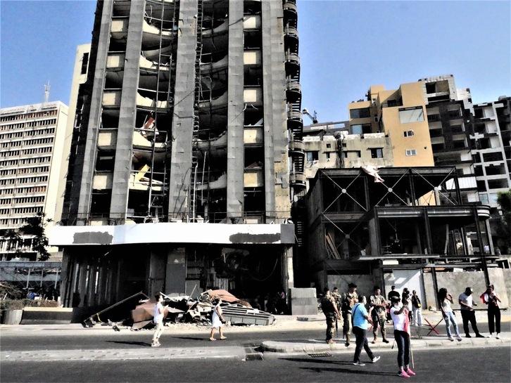 Edificio dañado por la explosión, el domingo, de un tanque de combustible confiscado. (Zahida MEMBRADO)