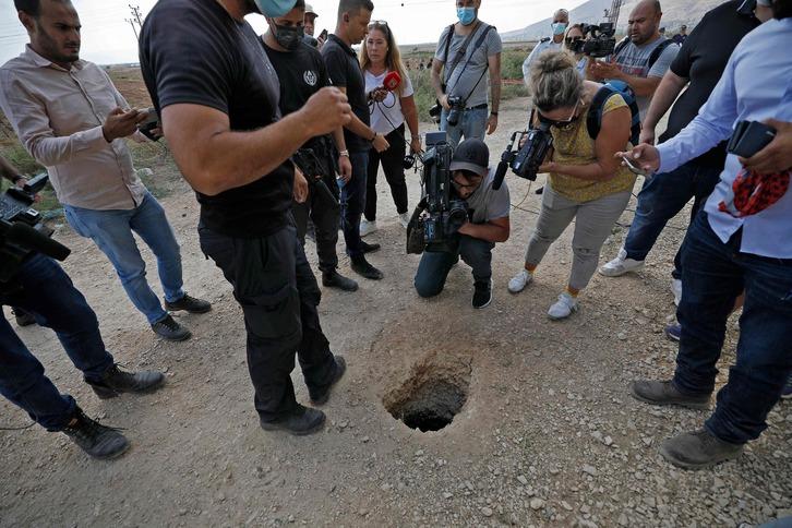Agujero cavado para la fuga de los seis presos palestinos. (Jalaa MAREY / AFP)