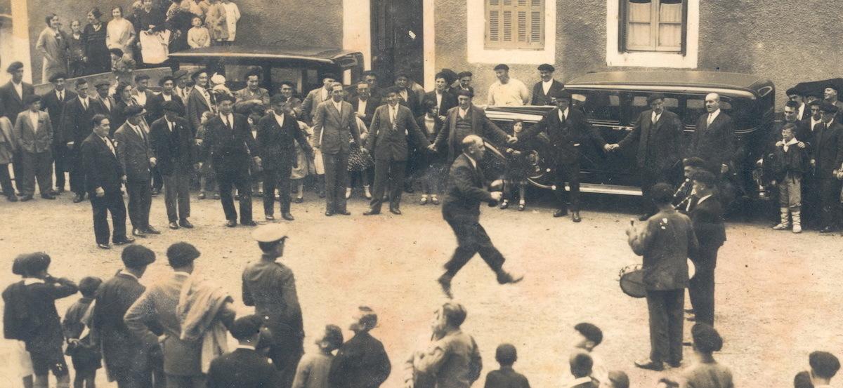 La mayoría de la corporación altzatarra baila un aurresku en homenaje al médico Leandro Aizpurua, en agosto de 1931. (www.estibaus.info)