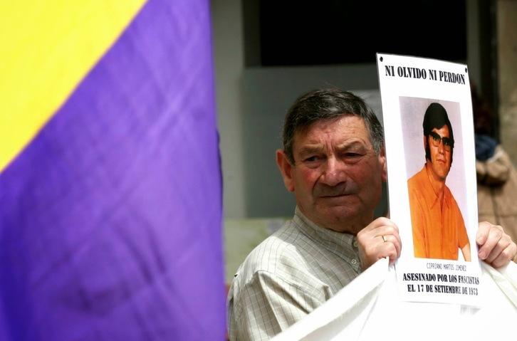 Amigos y familiares de Cipriano Martos han emprendido una campaña para pedir que se exhuma su cadáver y se le pueda inhumar junto a sus padres en Granada. (NAIZ)